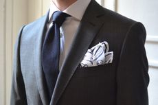 Une cravate bleu marine