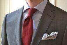 Une cravate bordeaux